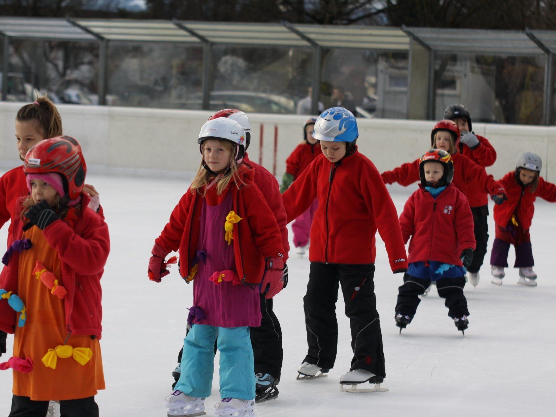 Eislaufen unter freiem Himmel erfreut sich in Rankweil nach wie vor großer Beliebtheit.