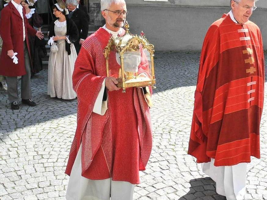 (l) Bruder Guardian Franz trägt die Reliquie des hl. Fidelis mit Dompfarrer Monsignore Rudolf Bischof