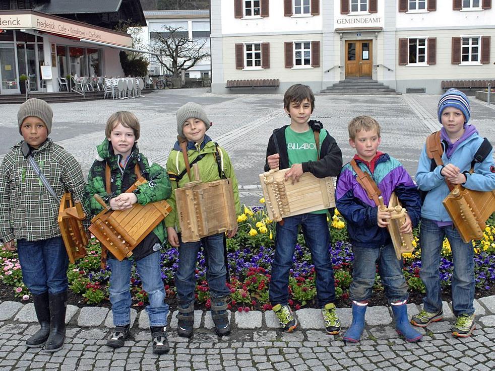 Für den Brauch des Rätschens ließen sich auch heuer viele junge Schrunser begeistern (Foto: 6. Apr. 12).