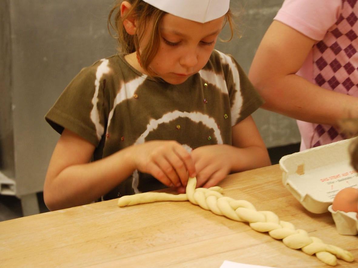 Die Kinder machten feines Ostergebäck mit Bäcker Breuß.