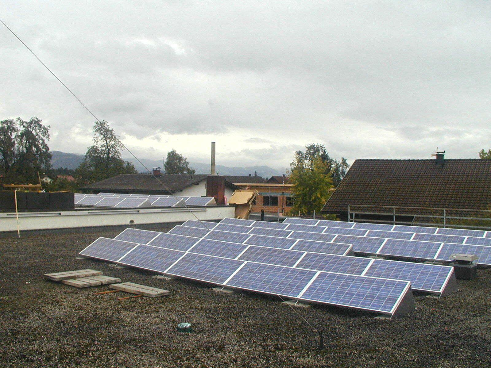 Die Anlage hat eine Jahresleistung von rund 290.000 Kilowattstunden womit rund 150 Einfamilienhäuser ein Jahr beheizt werden können