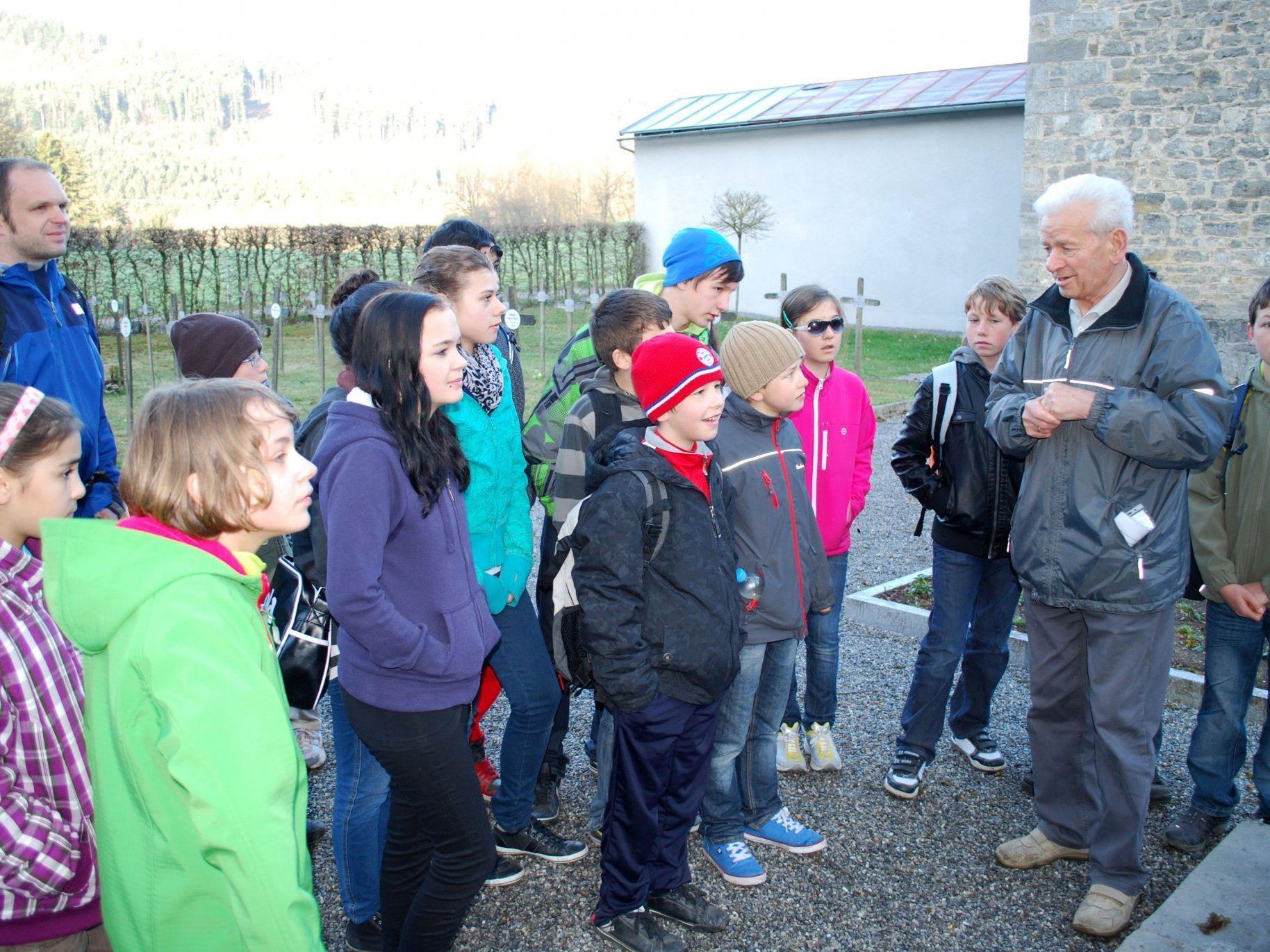 Prof. Hans Sperandio erzählte etwas über die Geschichte des Friedhofs Valduna
