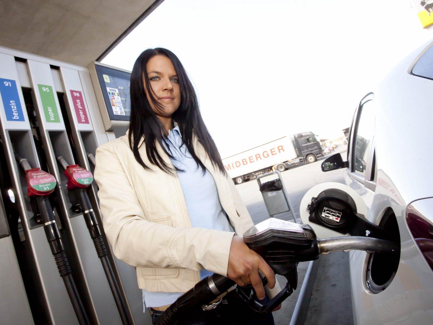"""20 Prozent des Kraftstoffverbrauchs gehen auf das Konto des Fahrers. Bei 15.000 Kilometern im Jahr lassen sich bei einem Mittelklassefahrzeug durch """"richtiges Fahren"""" bis zu 300 Euro sparen."""