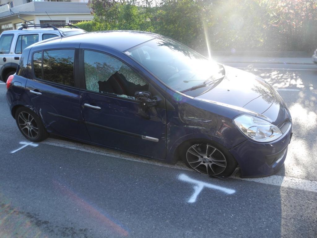 Der PKW wurde bei dem Unfall schwer beschädigt.