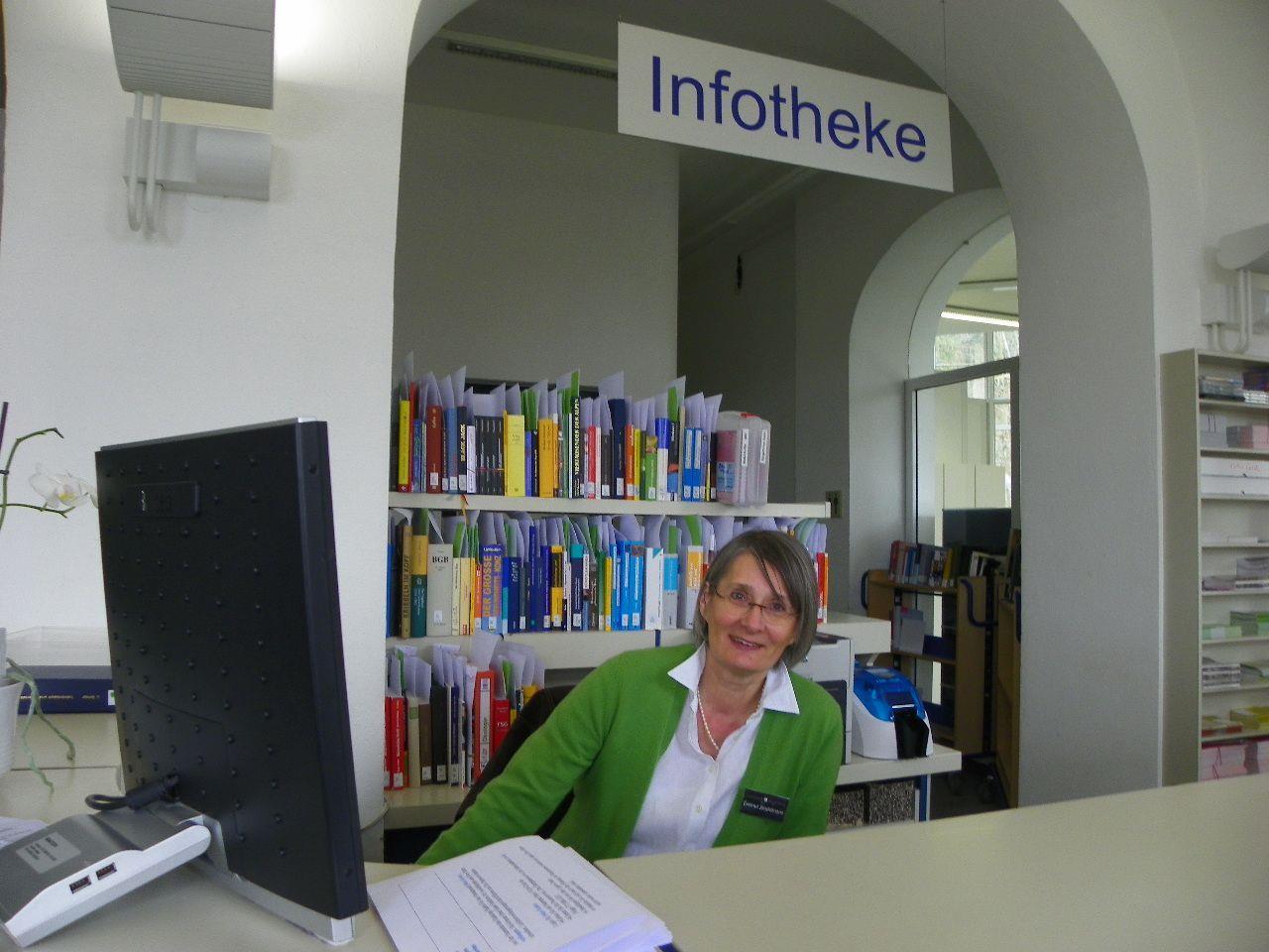 Erste Anlaufstelle ist der freundliche Empfang in der Landesbibliothek