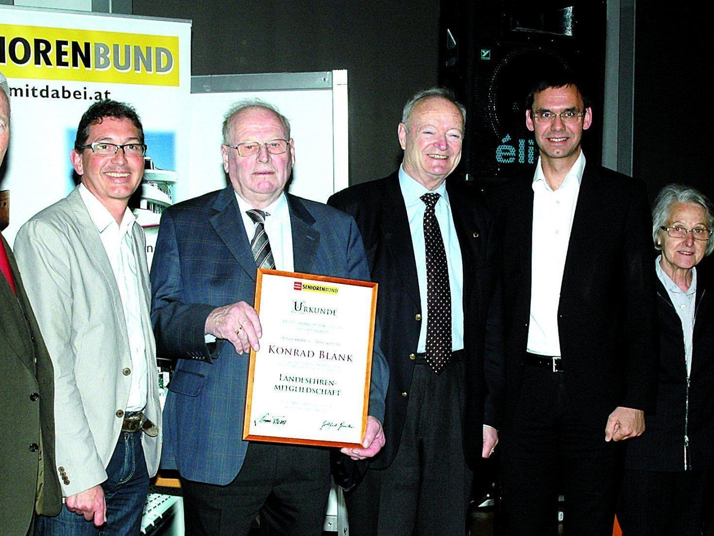 Die Ehrengäste gratulieren Kondrad Blank zu seiner Seniorenbund-Ehrung