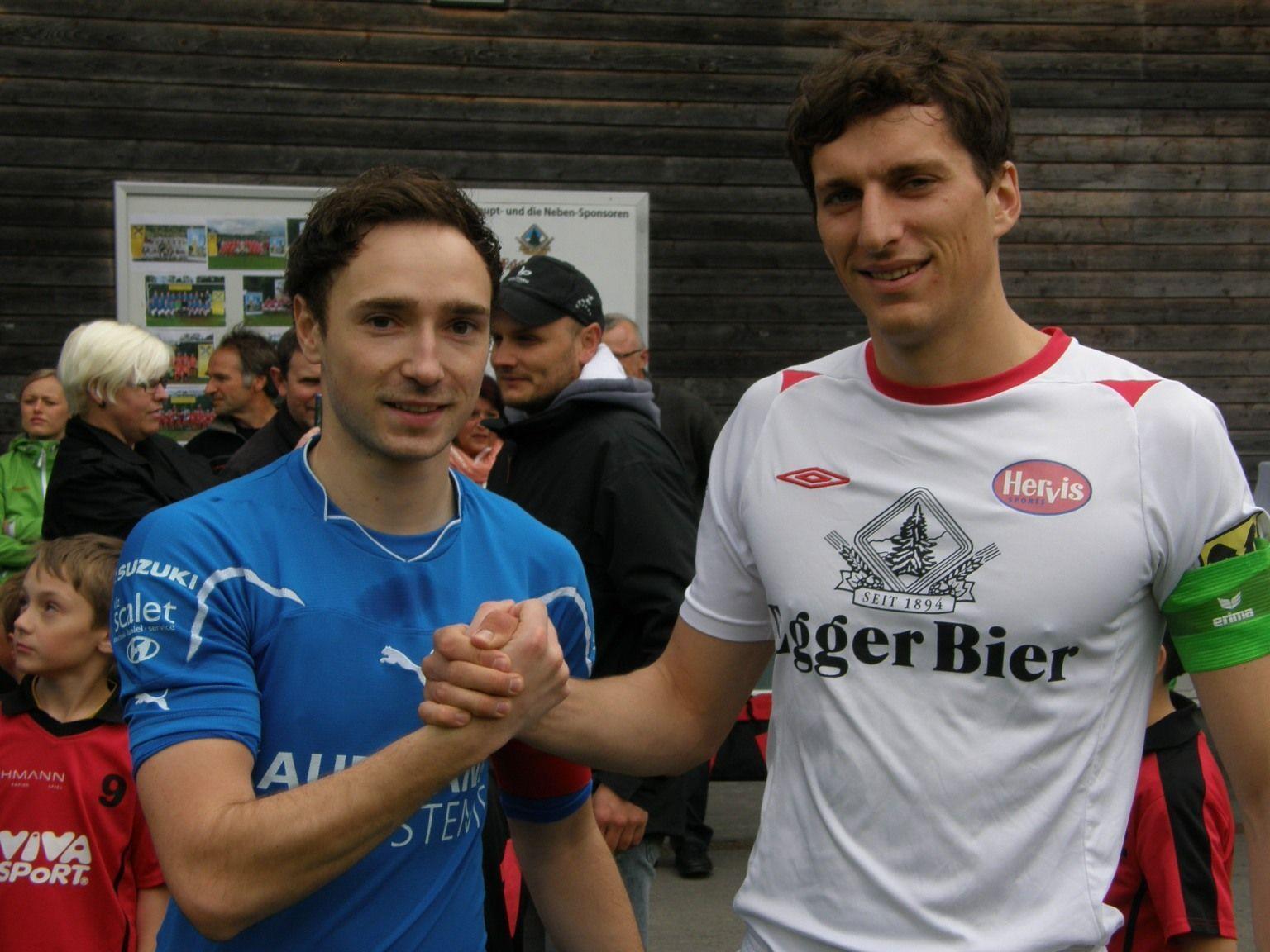 Freundschaftliches Shake-Hands zwischen den Spielführern Daniel Schneider (re.) und René Schedler.