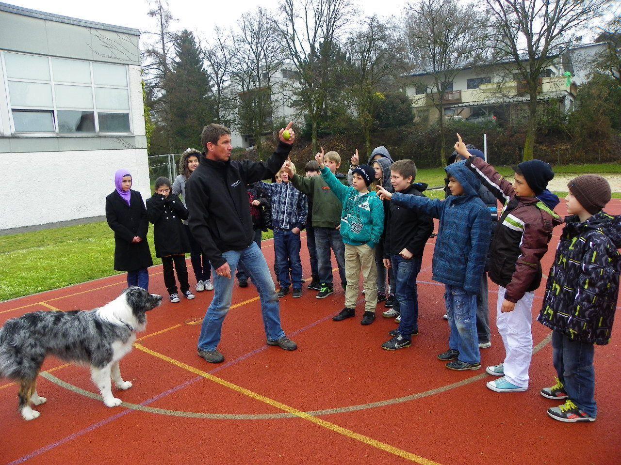 Hundetrainer  Dieter Prettenthaler  zeigt den richtigen Umgang mit Hunden