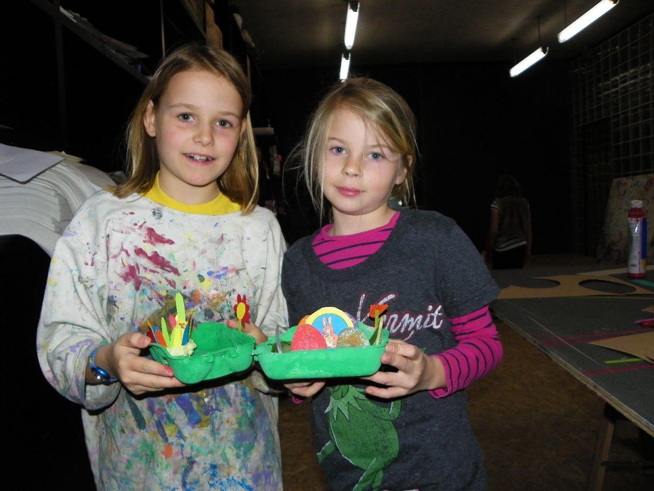 Anna und Lina bastelten ihr Osternest