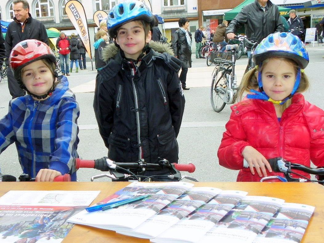 Robert, Daniel und Isabella sind bestens ausgerüstet mit dem Rad unterwegs