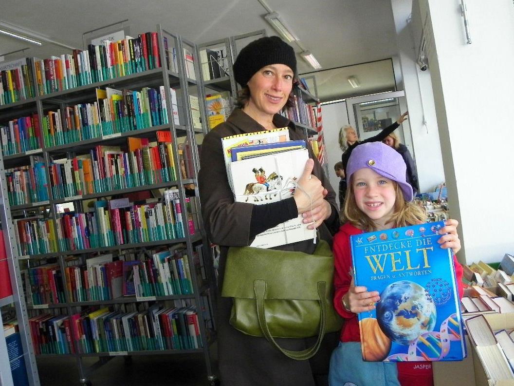 Auch Paulina schmökert mit ihrer Mama im Büchereiflohmarkt