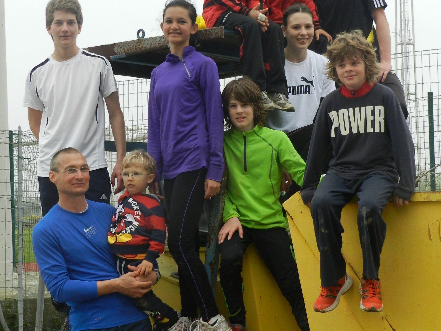 Trainer Robert Röser mit der motivierten Gruppe im Trainingscamp.