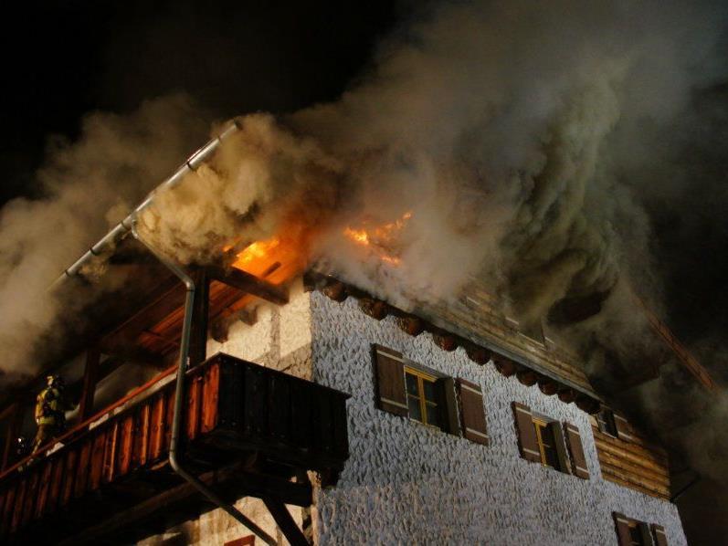 Dachstuhl von Einfamilienhaus stand in Flammen.