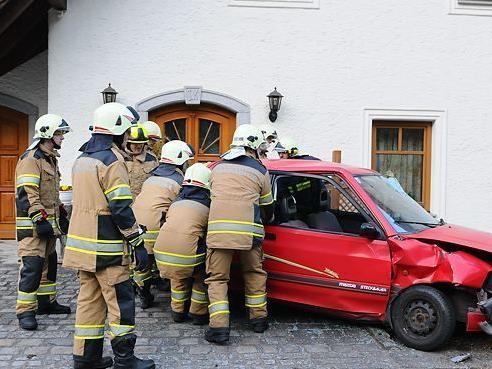 Der Unfalllenker verlor vermutlich nach einem Herzinfarkt die Kontrolle über sein Fahrzeug.