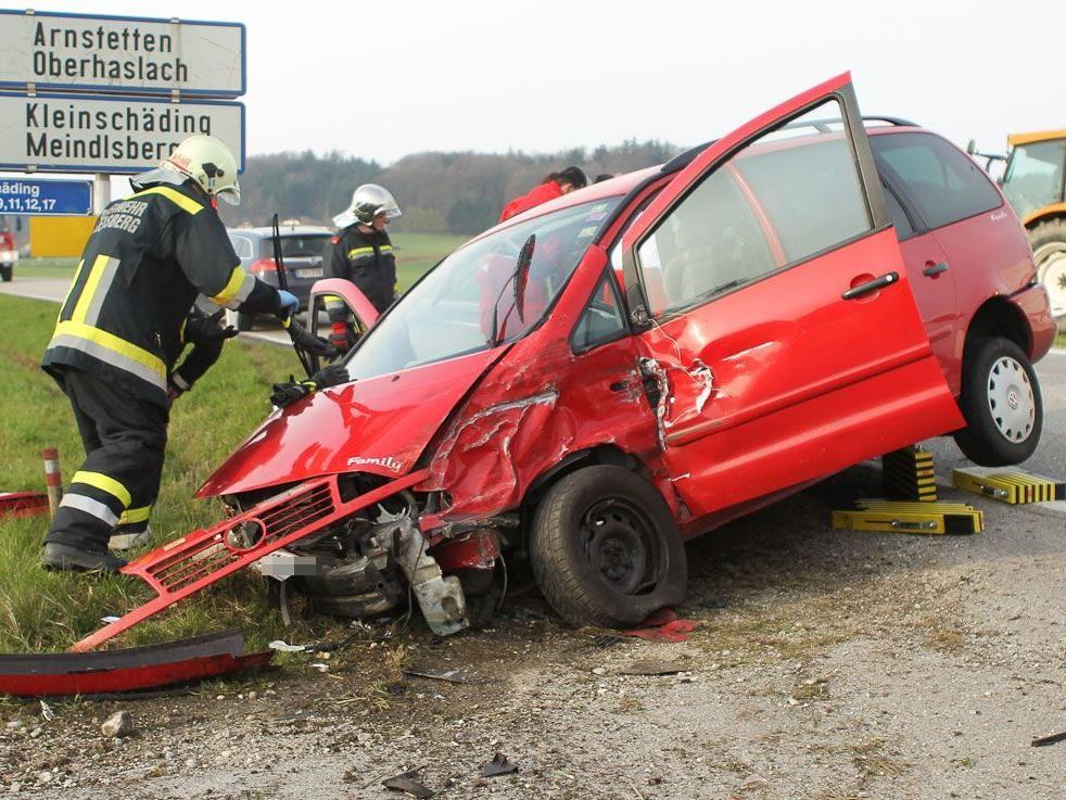 Der Oberndorfer und seine 28-jährige Beifahrerin wurden bei dem Frontalcrash schwer verletzt.