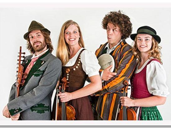 """Die Gruppe """"Spafudla"""" aus Graz, vier leidenschaftliche Musikerinnen und Musiker, musizieren beim St. Cornelifestder Volksmusik beheimatet sind"""