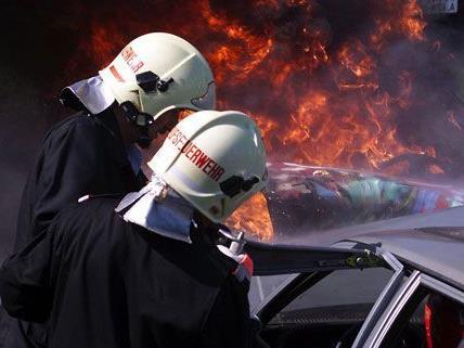 Der PKW wurde auf einem Feld nahe der Autobahn in Brand gesetzt.