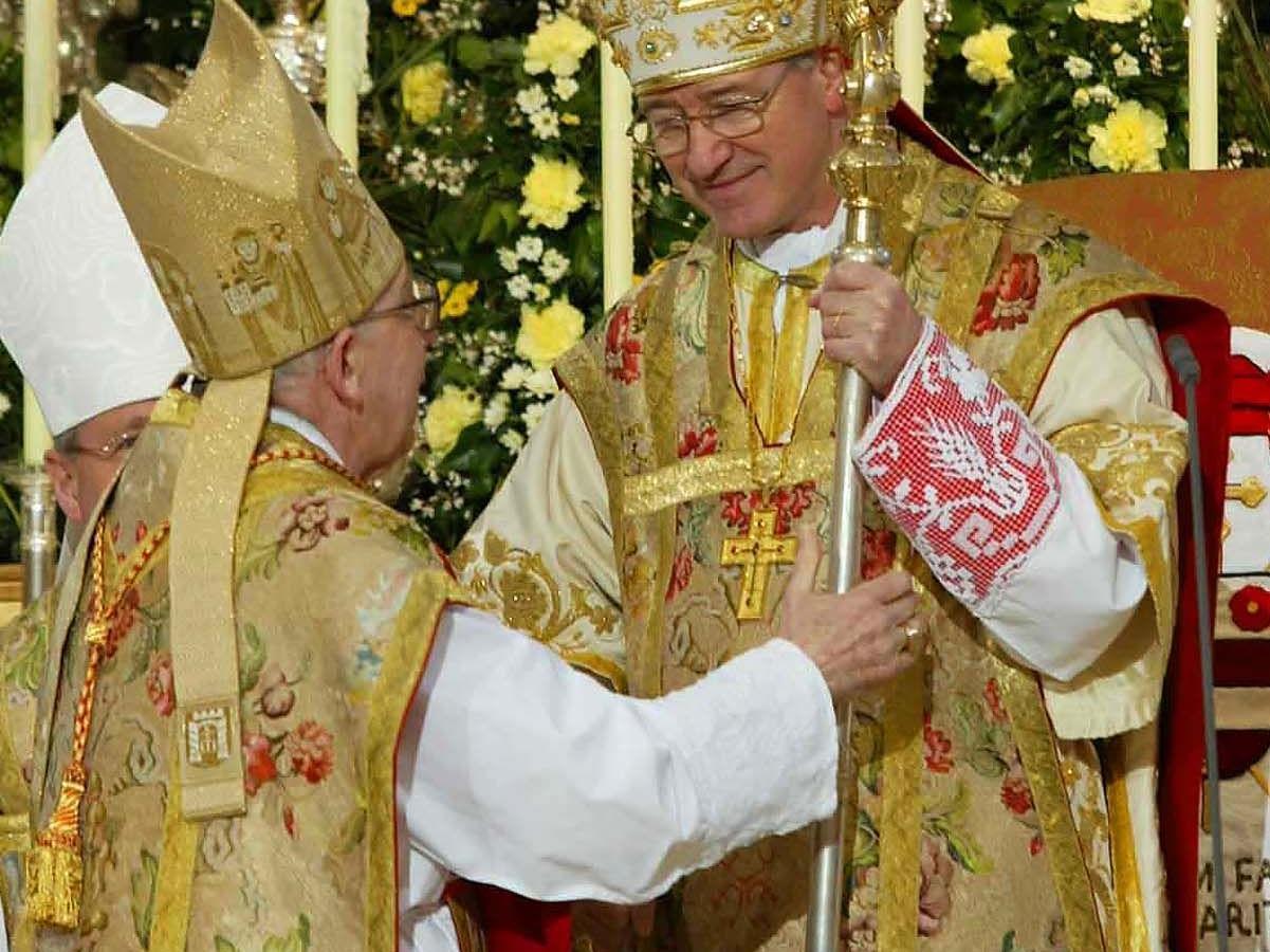 Alterzbischof Georg Eder (l.) überreicht den Hirtenstab an den Salzburger Erzbischof Alois Kothgasser im Dom.