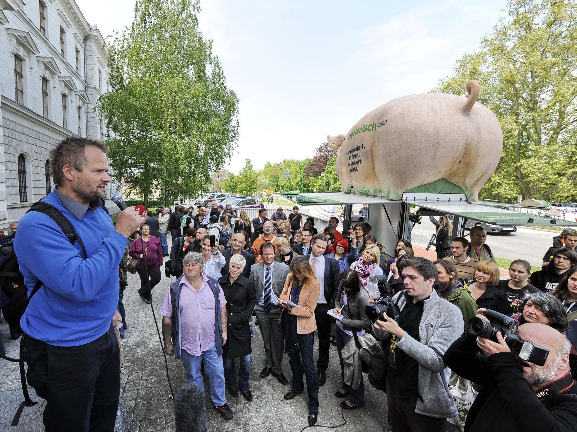 VGT Obmann Martin Balluch (l.) bei einer kurzen Rede vor dem Gerichtsgebäude nach der Urteilsverkündung im Prozess gegen 13 Tierschützer.