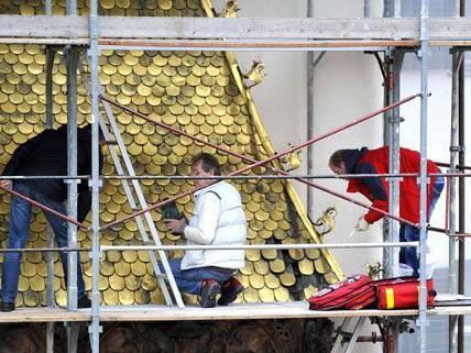 Das Goldene Dachl, erstrahlt nicht mehr in vollem Glanz: sieben Schindeln wurden gestohlen.