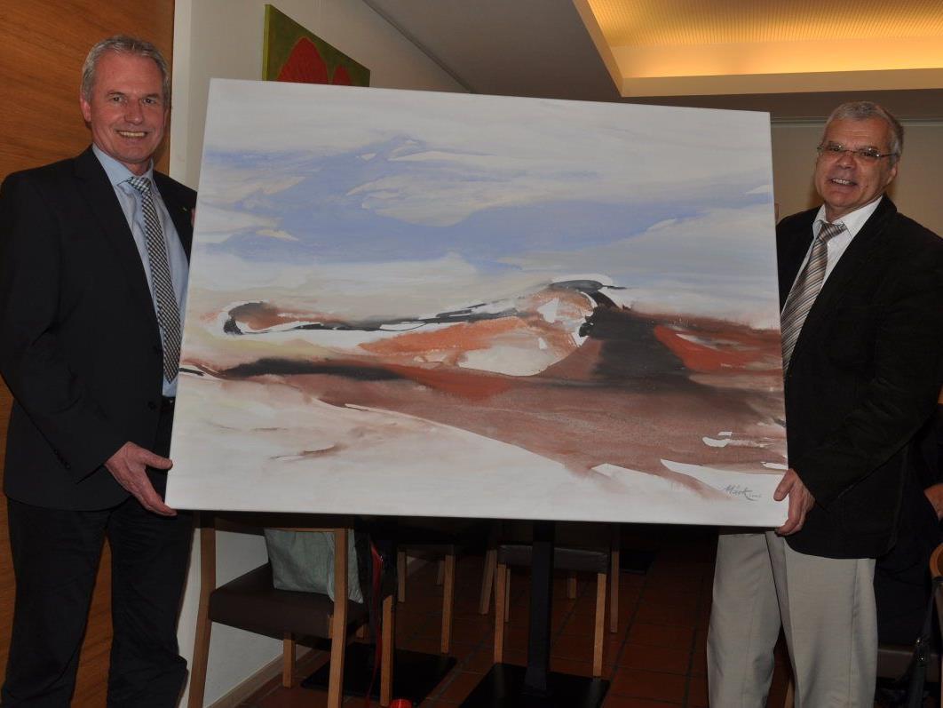Bgm. Gottfried Brändle überreichte Dr. Roland Kopf als Zeichen des Dankes ein Gemälde von Lothar Märk.