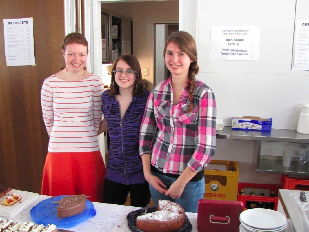 Die Firmlinge Angelika, Lisa und Anja halfen tatkräftig beim Suppentag mit