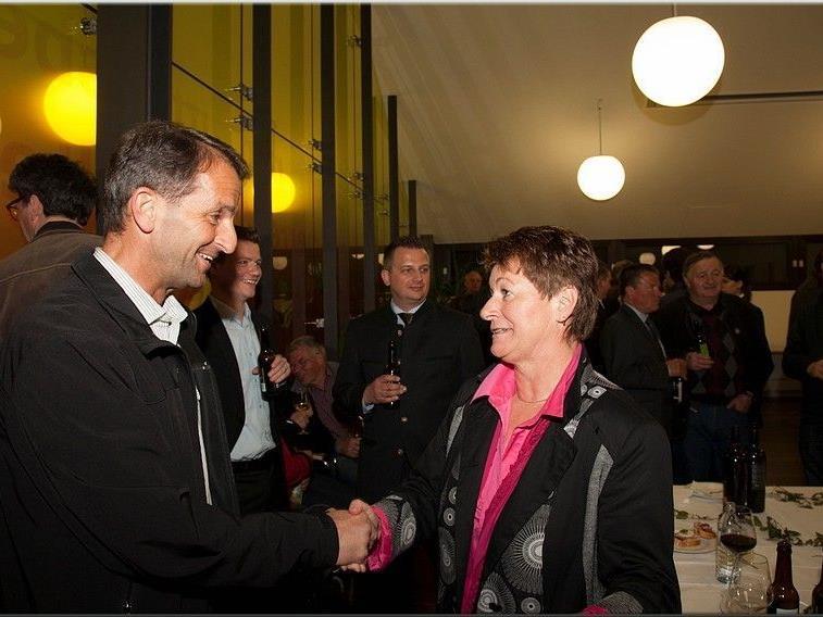 die Feuerwehr Egg gratuliert Theresia Handler zu ihrem Wahlerfolg