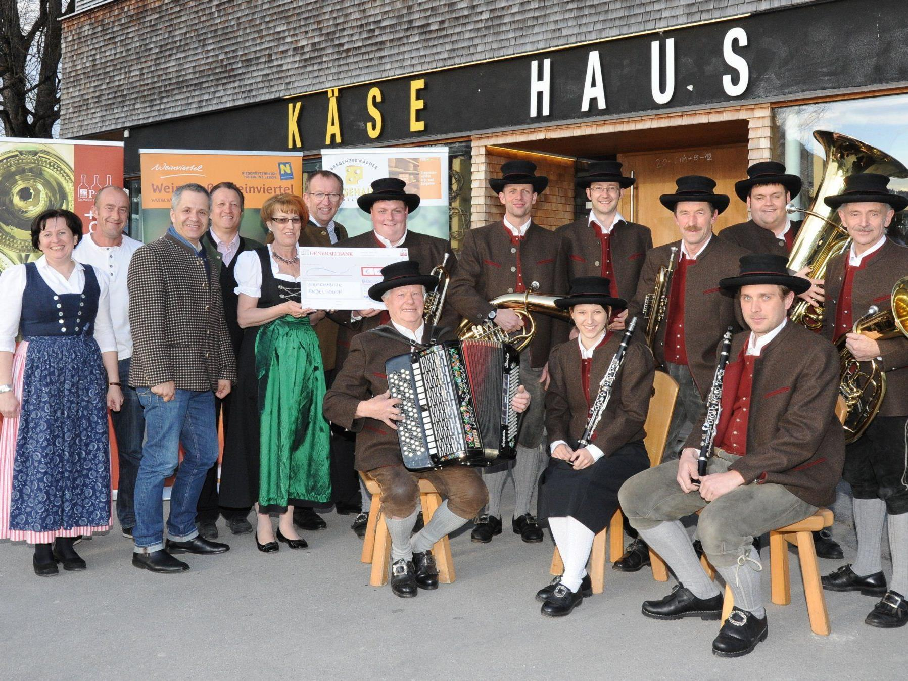 Sponsoren aus dem Weinviertel und Bregenzerwald honorieren die Leistungen der Bauernmusik Andelsbuch mit einem Beitrag für neue Trachtenjacken.