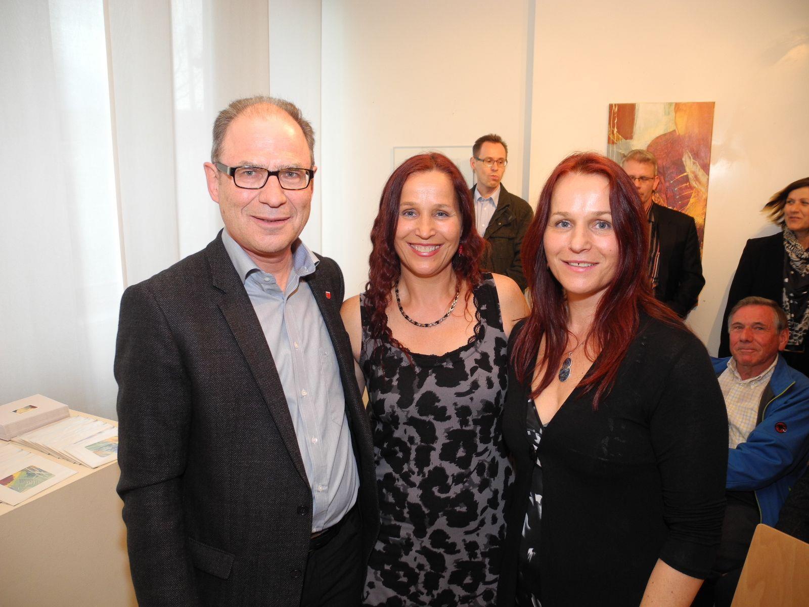 (l.) Gemeindevorsteher Ernst Büchel mit den Zwillingsschwestern Cornelia und Judit aus Nofels