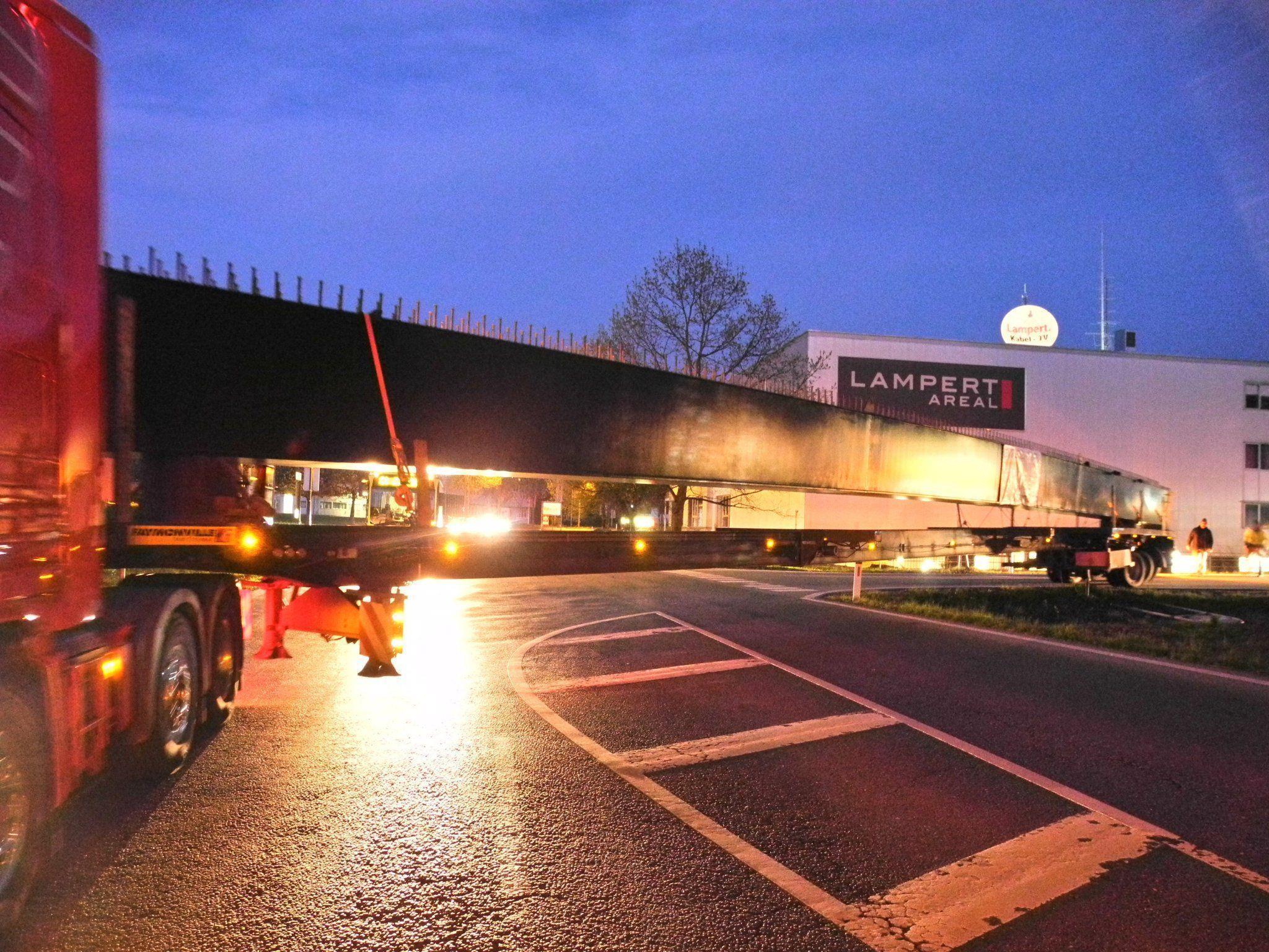 Nicht immer ganz einfach war der Transport des 34,4 m langen Kastenträger für die neue Frutzbrücke, im Bild der Schwertransport bei der Autobahnabfahrt in Rankweil
