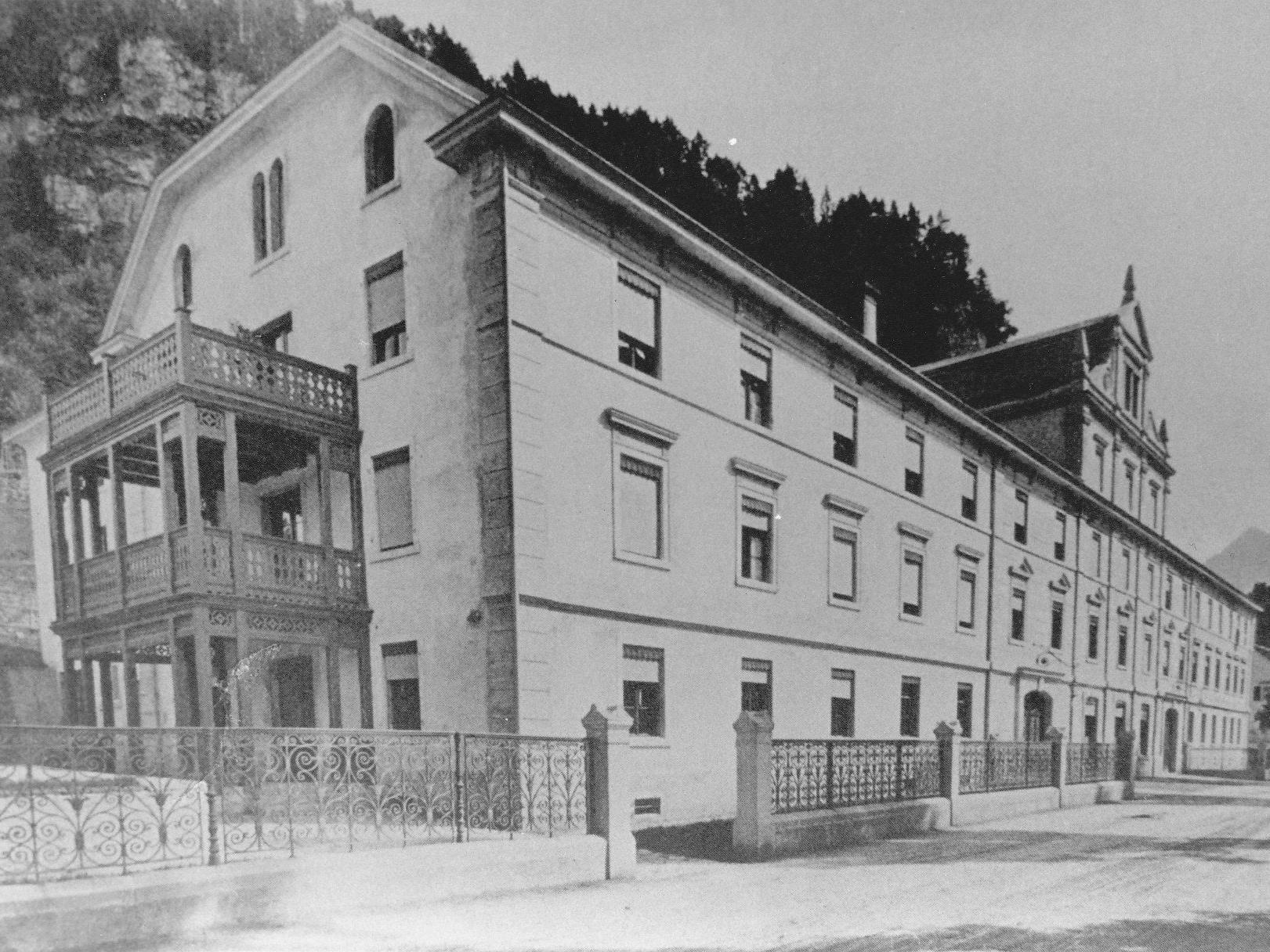 Das Stadtspital von Feldkirch zwischen der Bahnlinie und der Walgaustraße wurde 1876 eröffnet.