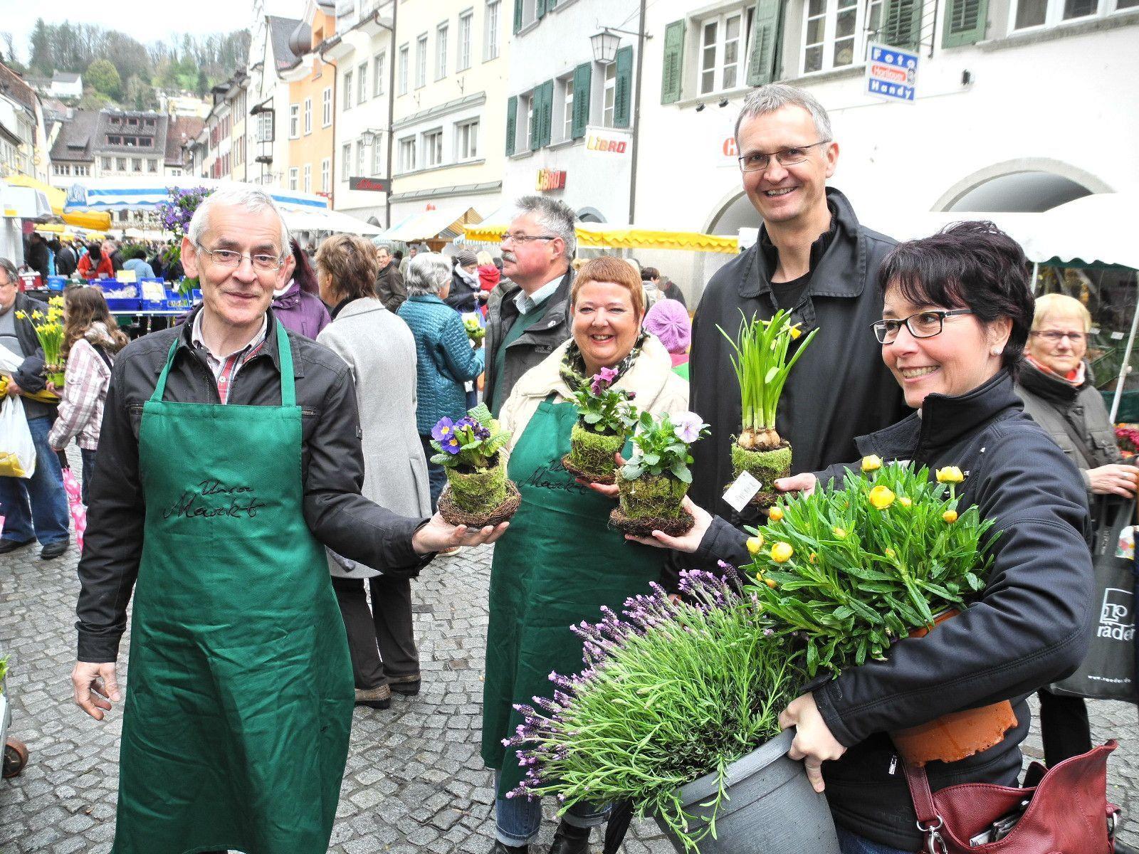 """(l.) """"Quadro Ernst"""" und seine Kollegin Karin Fink verteilten im Namen der Stadt Oster-Blumen-Grüße an die Marktbesucher"""