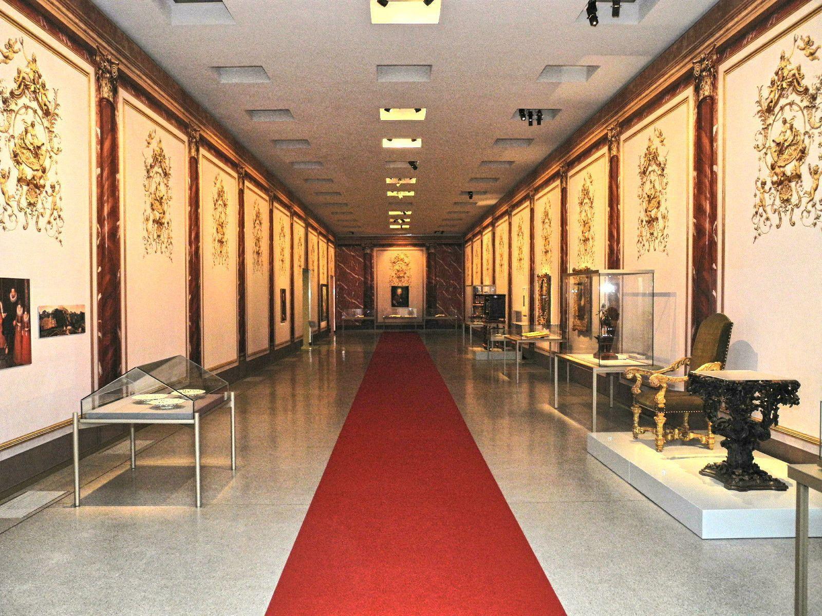 Der rote Teppich dient als Faden durch die Geschichte das Werden des Fürstentum Liechtenstein im Landesmuseum