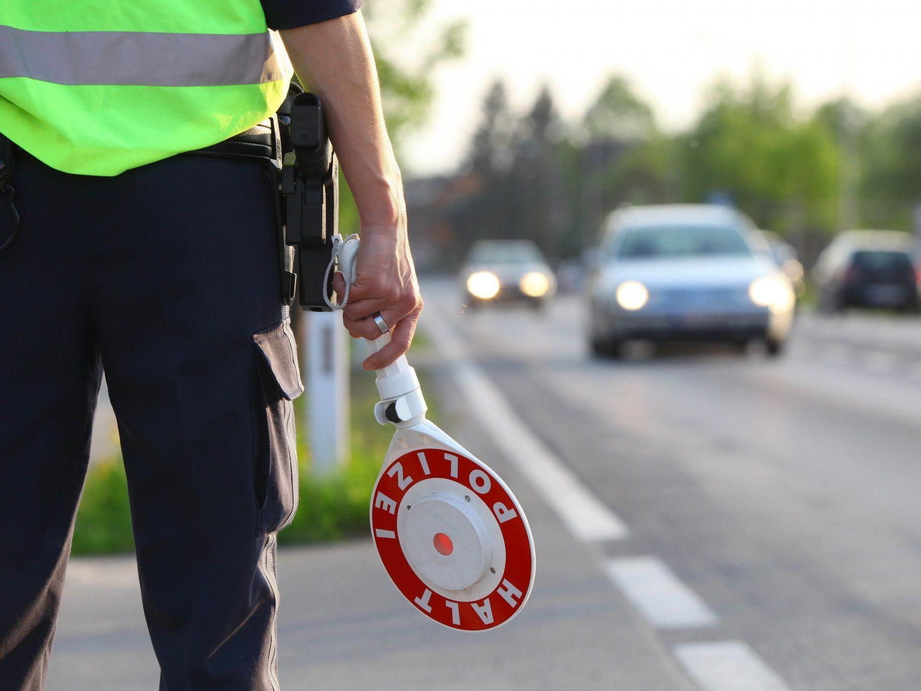 Der 52-jährige Verkehrspolizist soll Strafgelder – beispielsweise von Geschwindigkeitskontrollen – nicht ordnungsgemäß abgeführt haben.