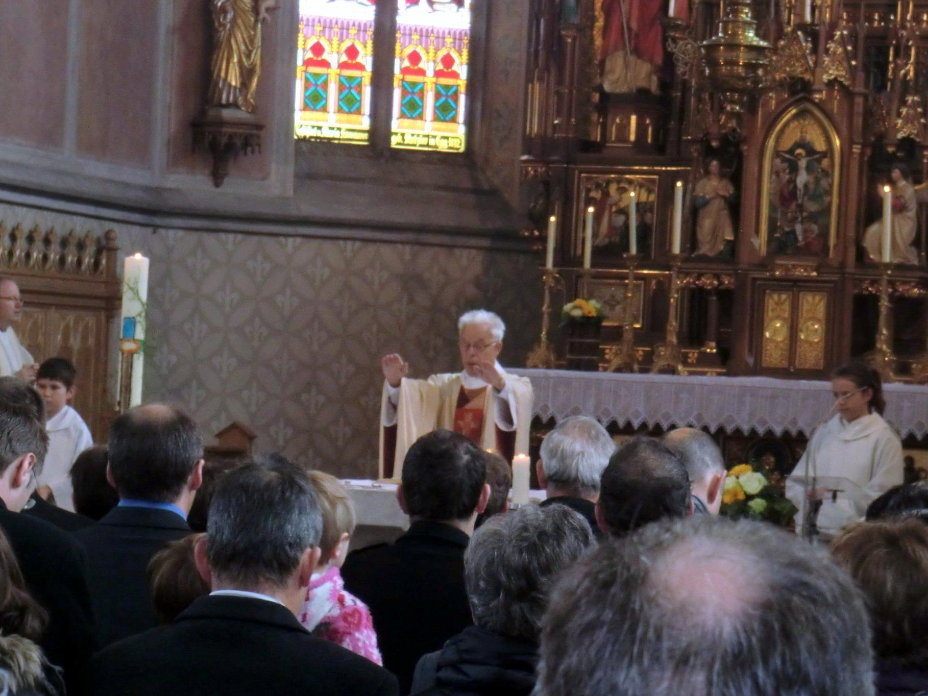 Pfarrer Ferdinand Hiller ruft den Segen Gottes für alle Anwesenden herab