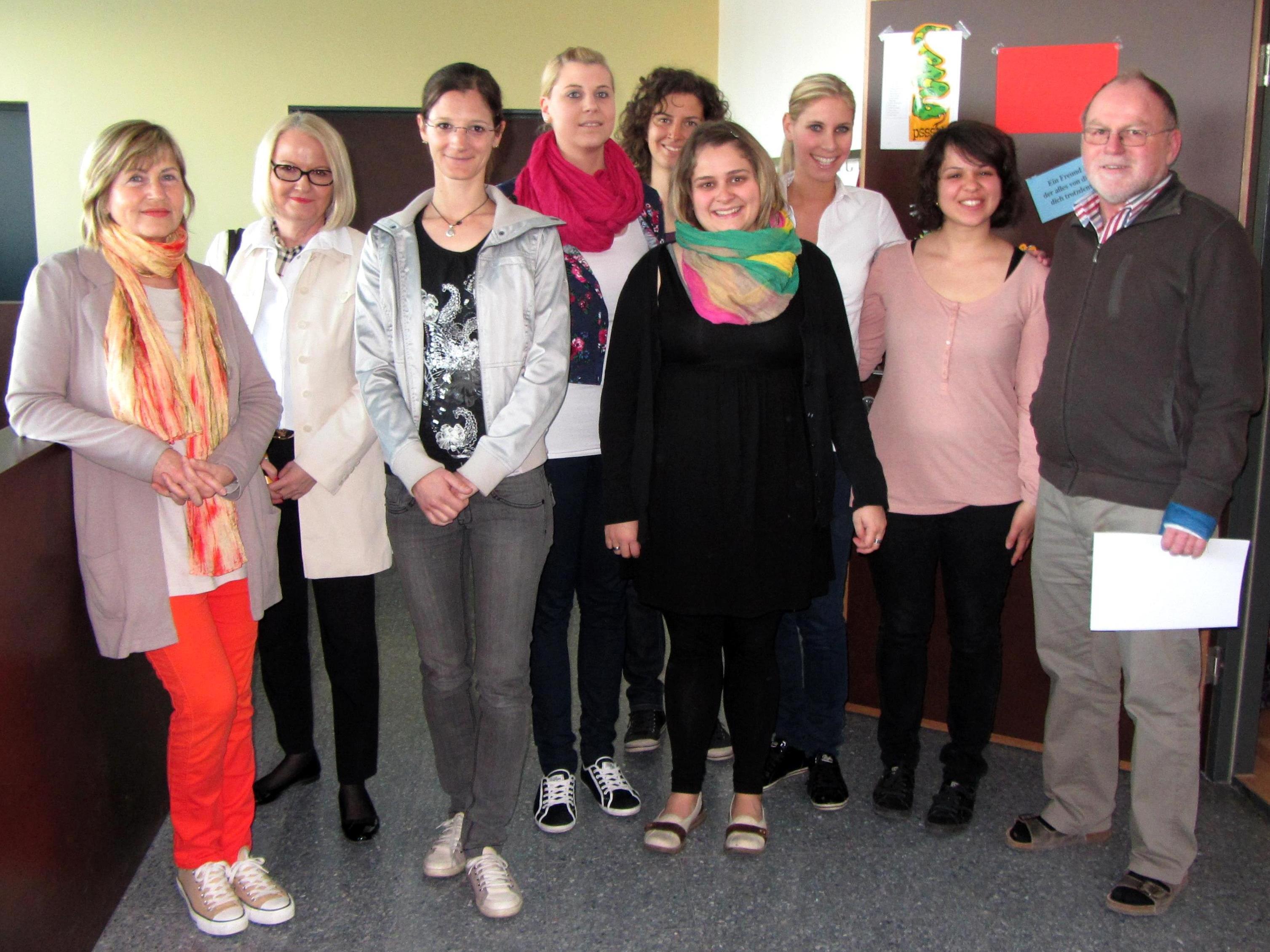 Christa Hagen (VMS Hörbranz), Elfi Sturm (PH Praxisbetreuerin), Marina Blenke, Jessica Resch, Miriam Alge, Magdalena Bischof, Sarah Milz, Yasemin Meteer, Dir. Martin Jochum (VMS Hörbranz) (von links)