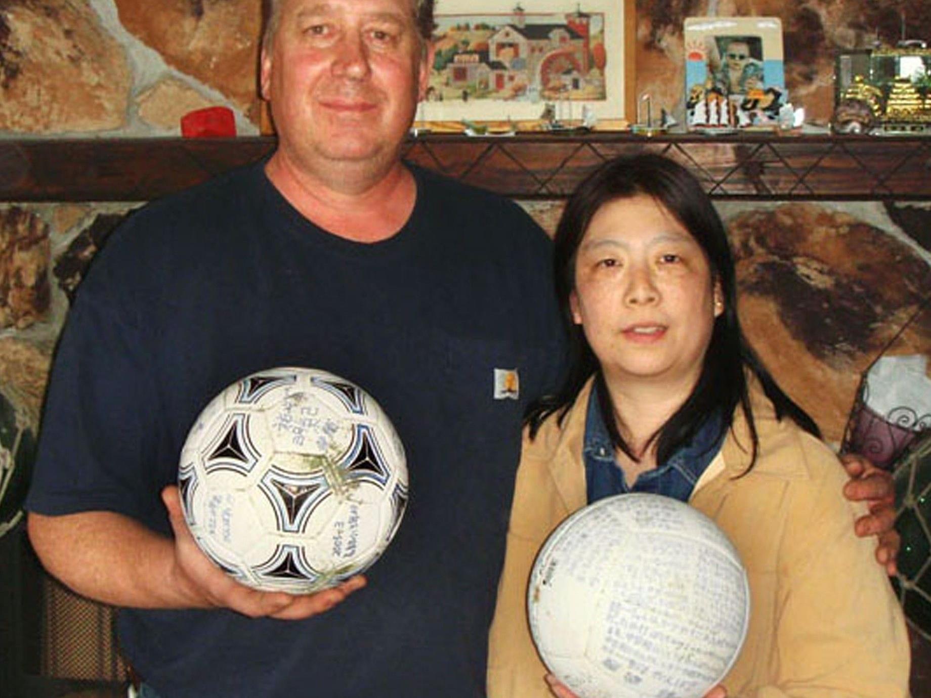 David Baxter (auf dem Bild mit seiner Frau Yumi) fand den Ball an der Küste des Golfs von Alaska.