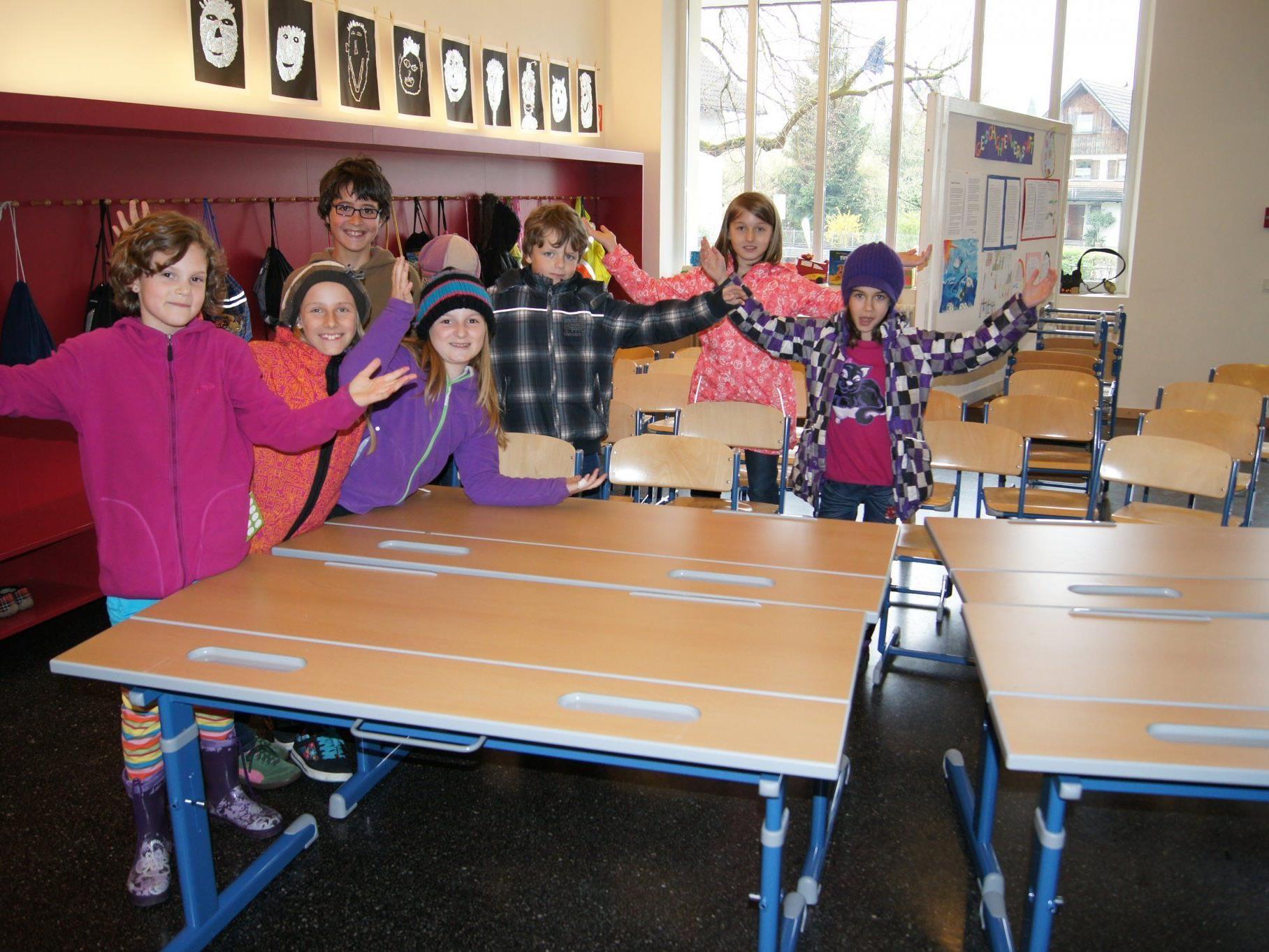 Die Schüler der VS Kirchdorf freuen sich über die neuen Schulmöbel.
