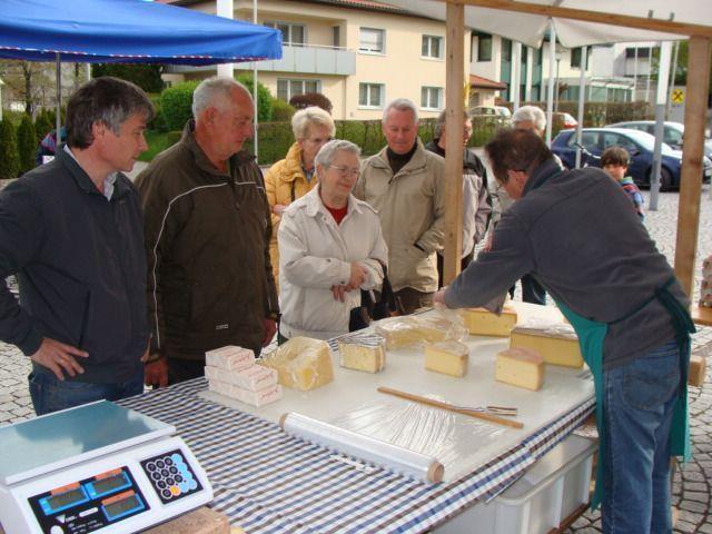 Reges Markttreiben am Dorfplatz