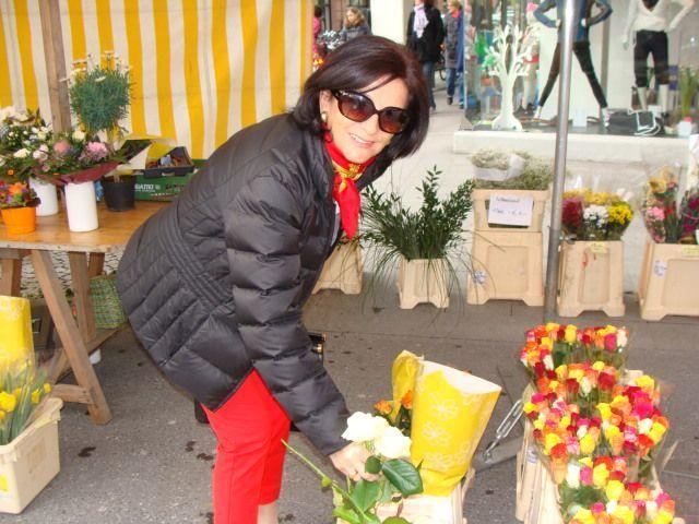 Veronika beim Blumenkauf
