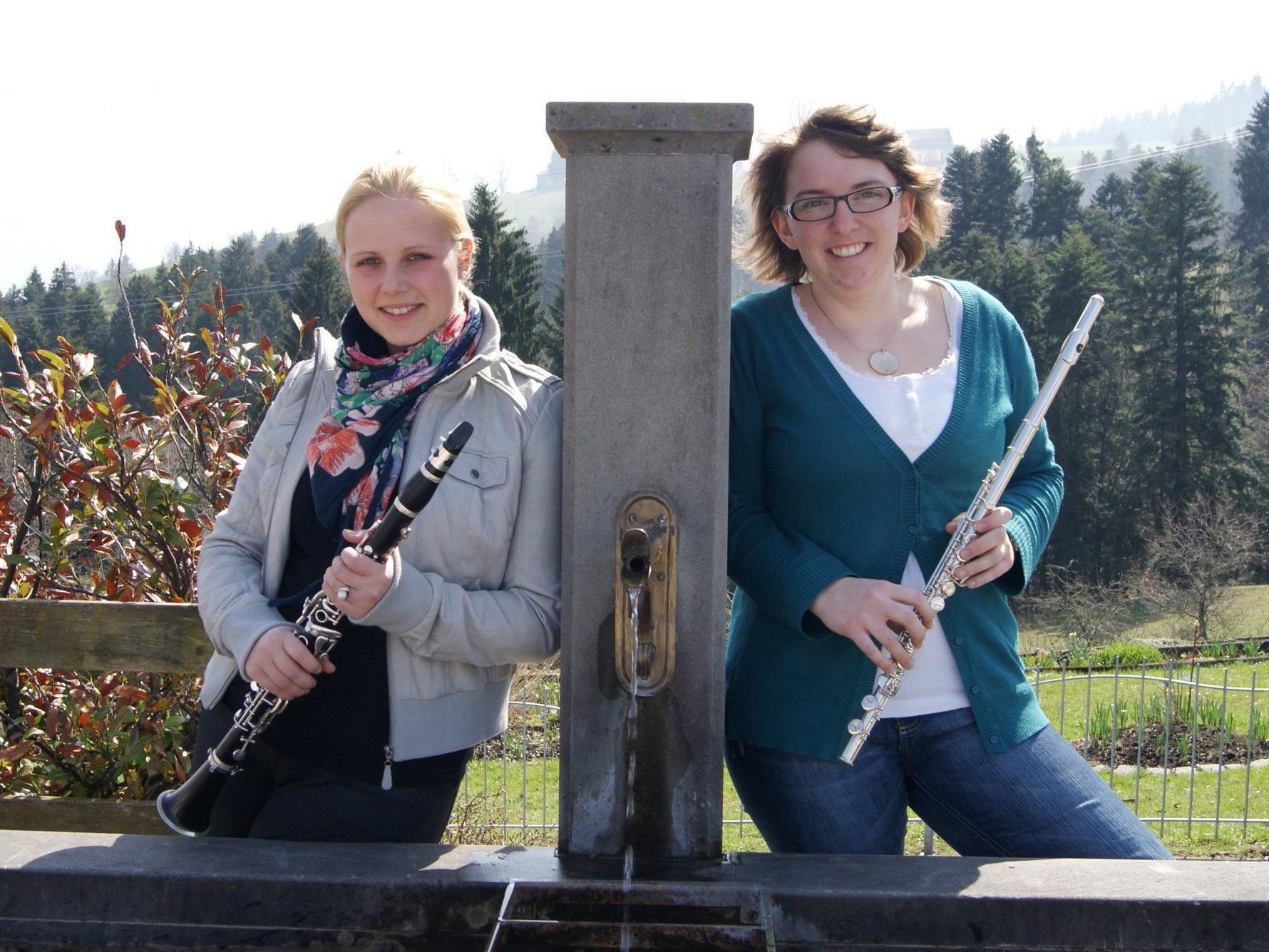 Carina und Fabienne haben Spaß beim Musikverein