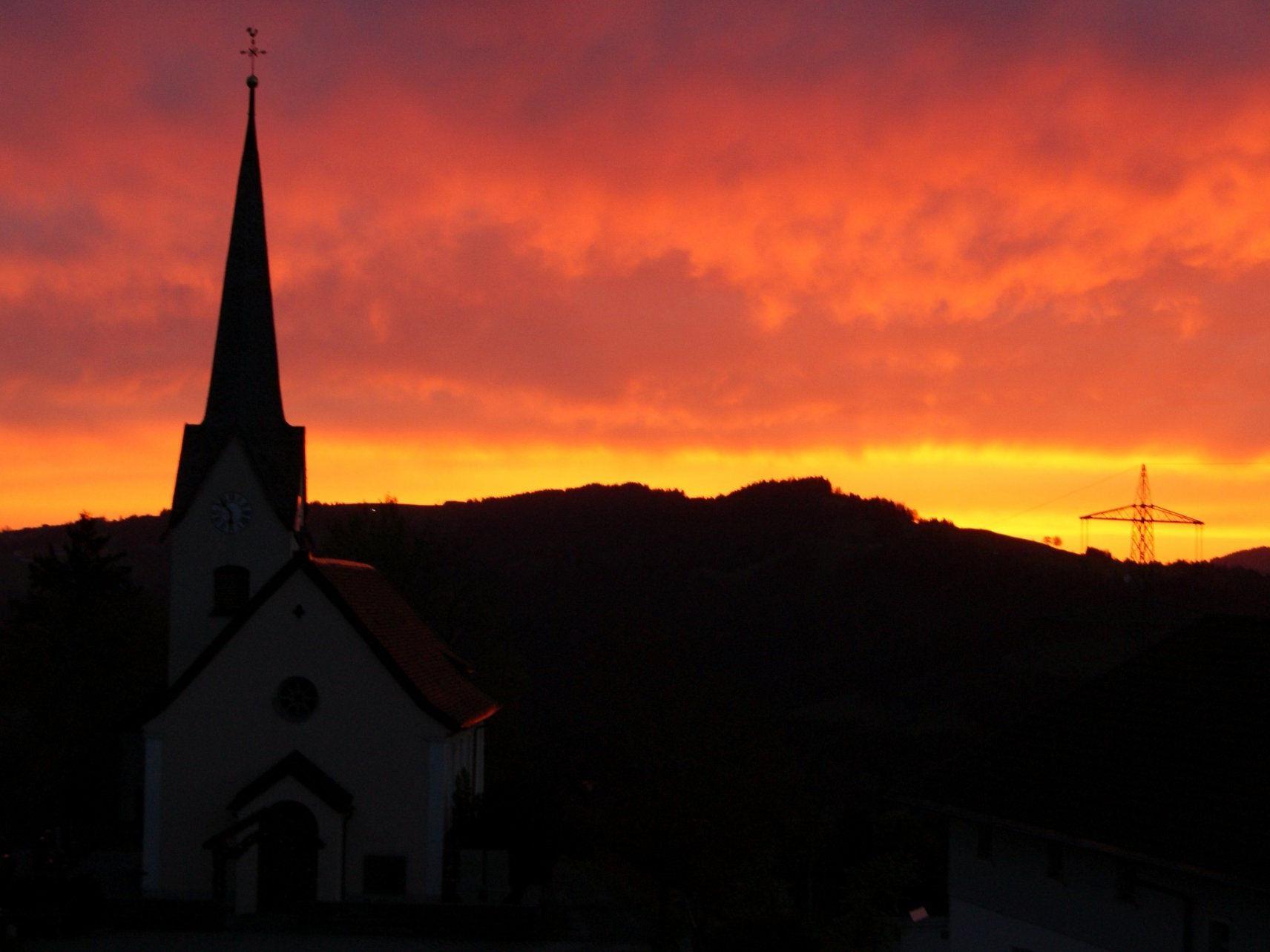 Dorfzentrum Buch: Um 06 Uhr färbte sich der Himmel rötlich, mitunter eine Folge der kräftigen Südwestströmung,  welche laut Meteorologen auch Saharasand ins Ländle brachte.