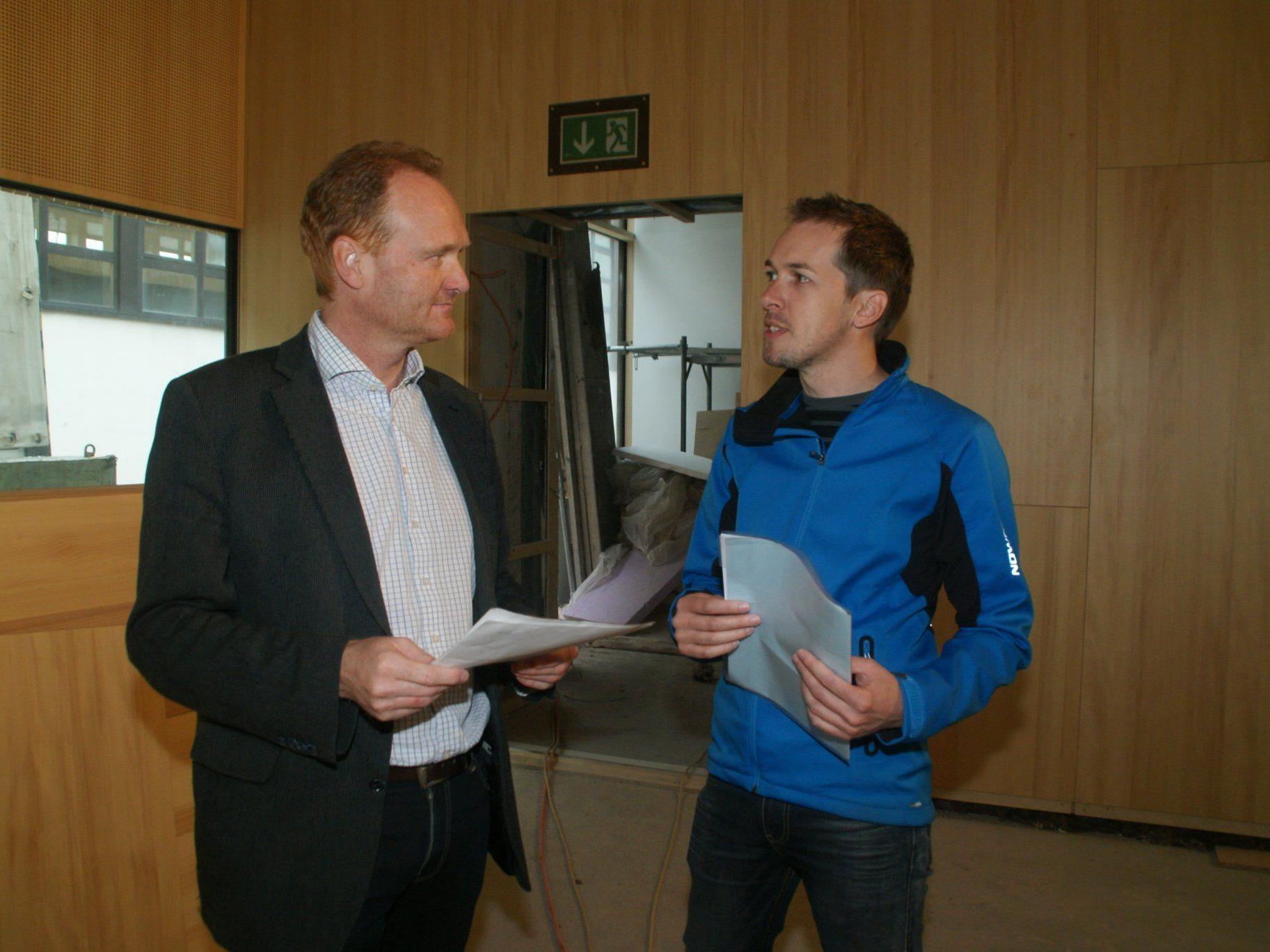 Besprechung vor Ort: Bürgermeister Guido Flatz und Bauleiter Reinhard Schmelzenbach