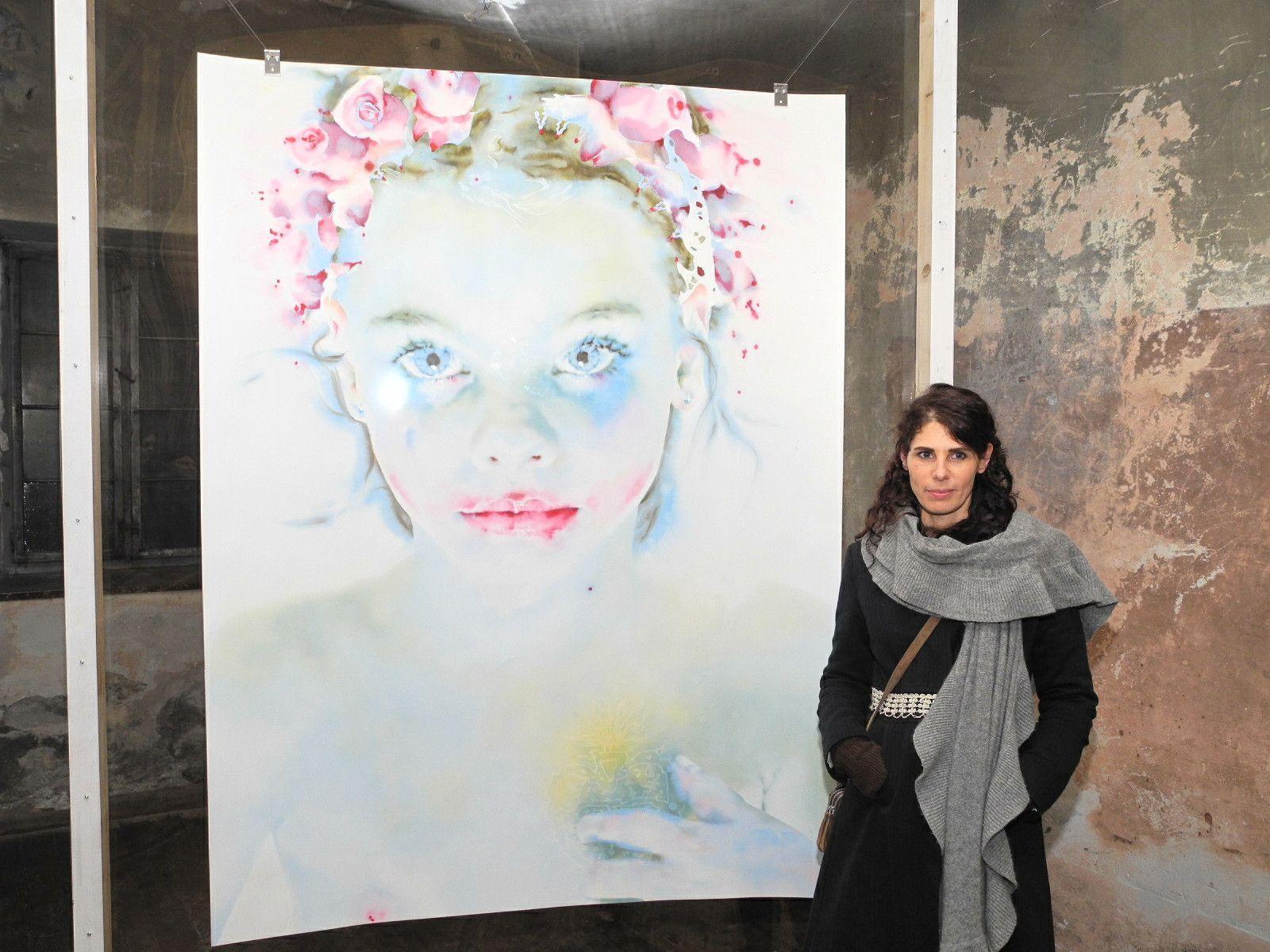 """Hanna Nitsch zeigt in der Johanniterkirche die Installation """"Elisabeth"""", die Künstlerin mit dem Bild ihrer Tochter Eleisabeth"""