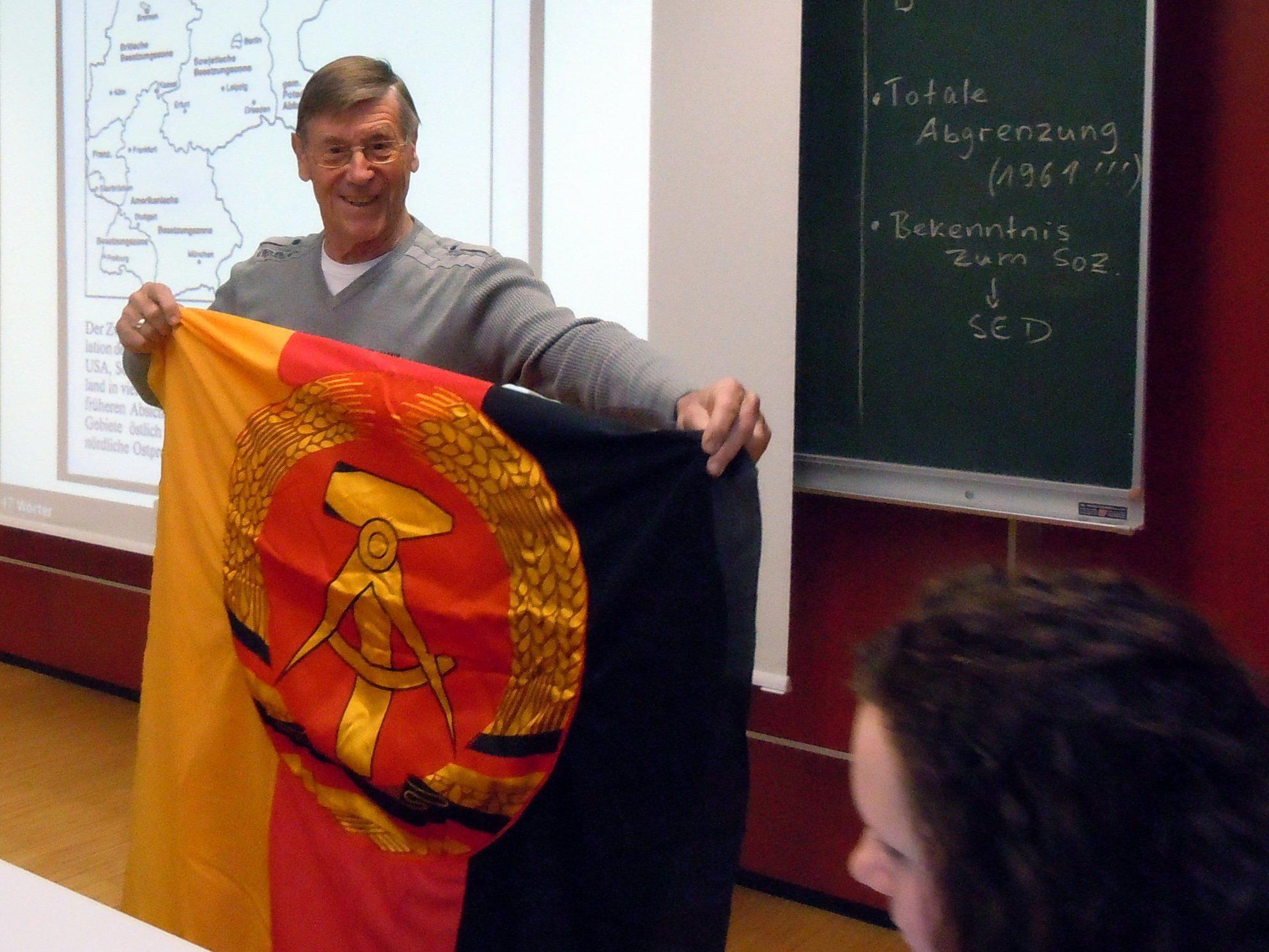 Gerulf Lenz erklärt die DDR - Fahne