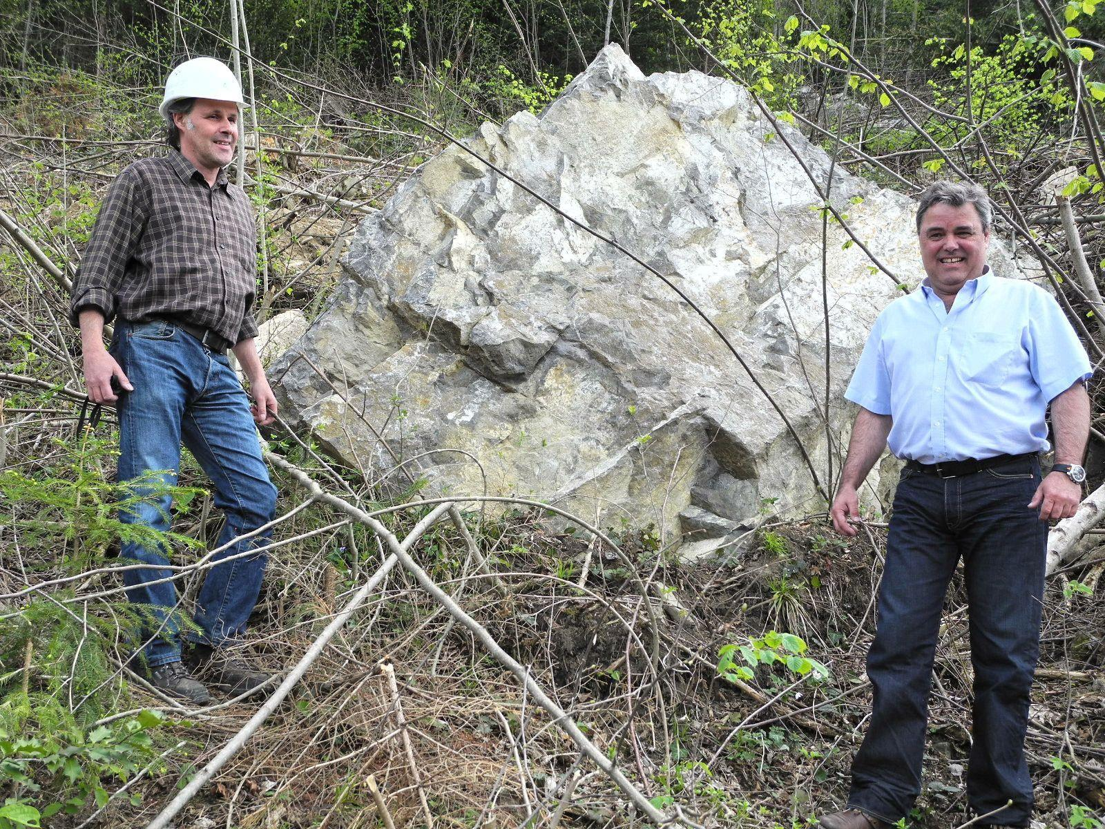 (l.) Bauleiter Elmar PLankensteiner mit Uwe Bächle, dem Leiter des Bauhof der Stadt Feldkirch vor dem 20 Tonnen schweren Gesteinsbrocken