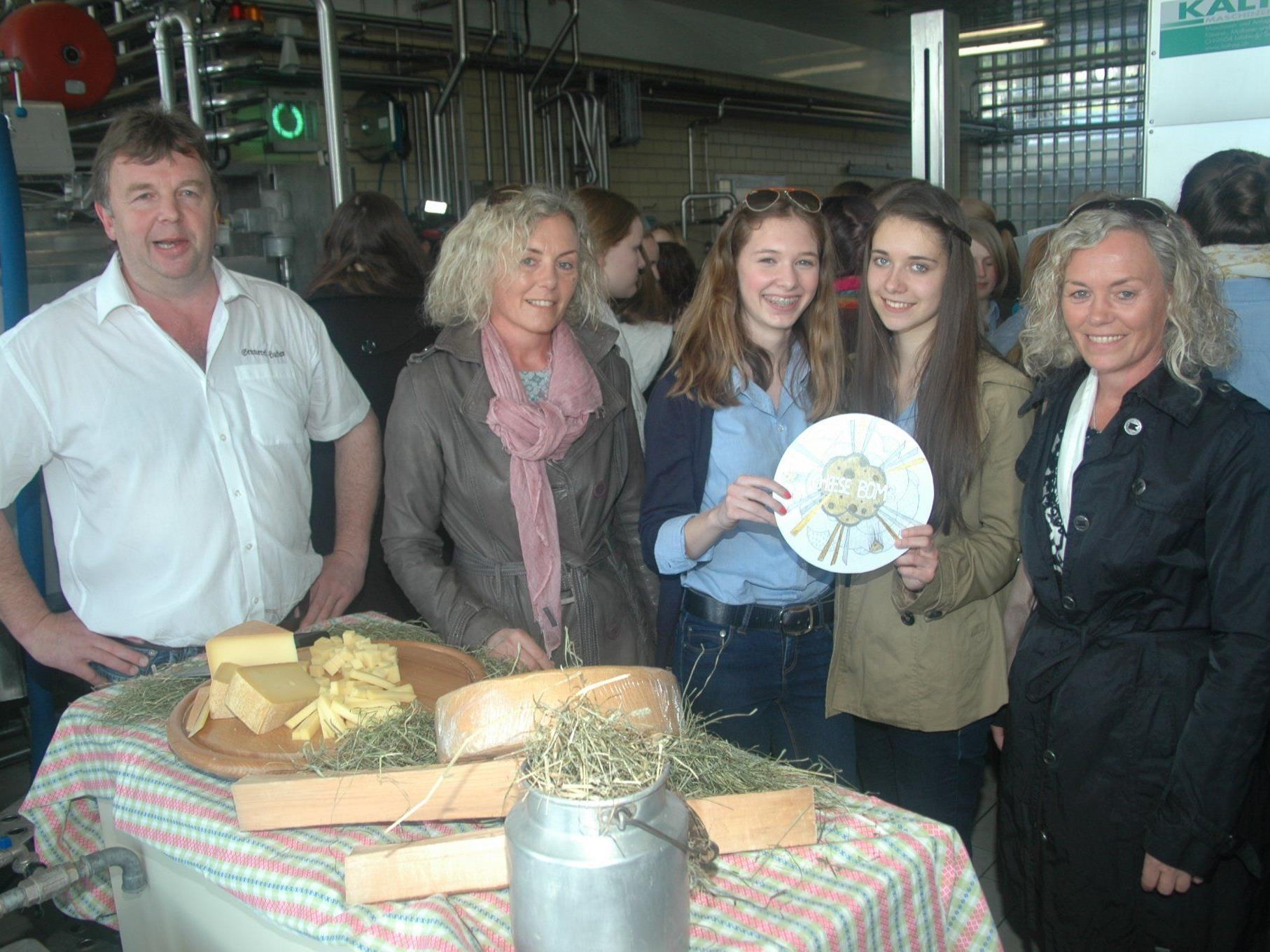 Sennerei-Obmann Otto Nöckl freut sich mit den Schülerinnen und Lehrerinnen über das gelungene Produkt.