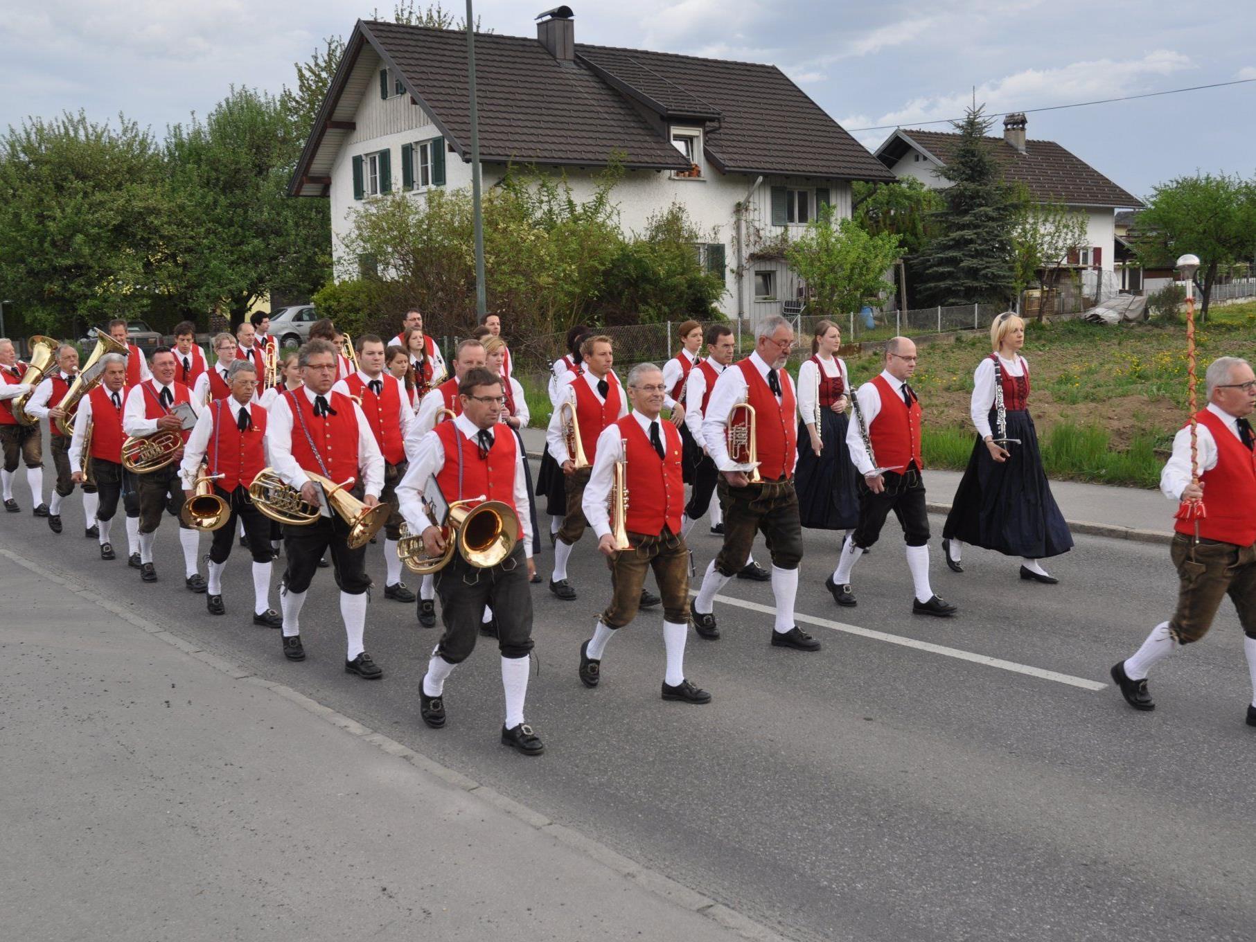 Mit flotter Marschmusik unterwegs durch das ganze Ortsgebiet, die Bürgermusik Rankweil.