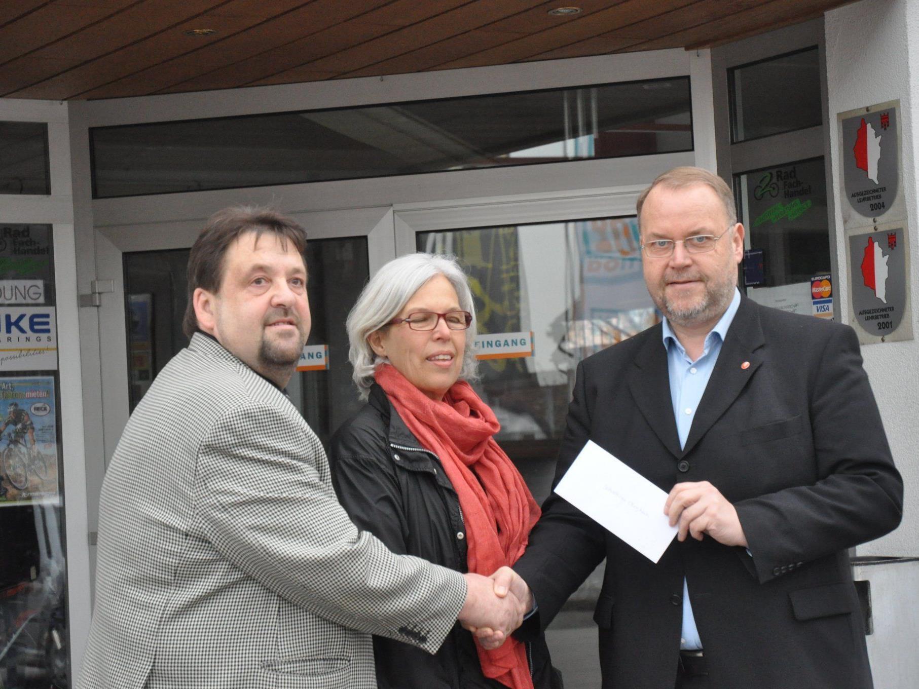 Werner und Silvia Frick übergaben Bürgermeister Müller den Scheck für die soziale Aktion.