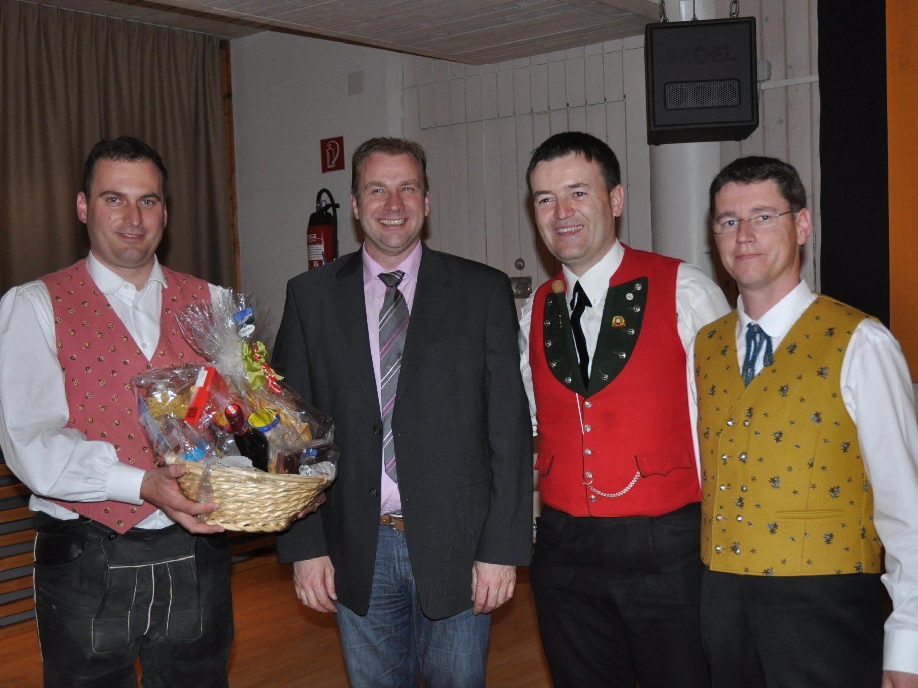 Landeskapellmeister Thomas Ludescher mit den Projektteilnehmern.